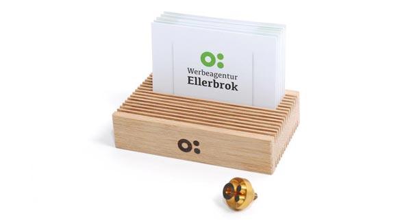 Visitenkartenständer aus Holz mit Brandstempel